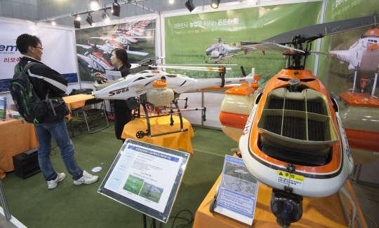 `첨단농업기술박람회`에 등장한 농약 살포 무인 헬기